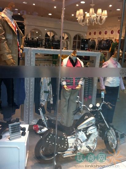 柯桥/以下为柯桥万达广场部分品牌童装橱窗、陈列展示: