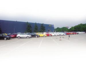 杭州麦德龙超市卖场外停满4s店的库存车