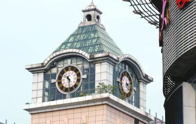 武汉大洋百货现楼顶怪钟 两面钟两个时间图片